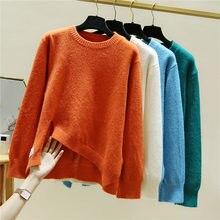 Свободный мягкий вязаный свитер с круглым вырезом и асимметричным