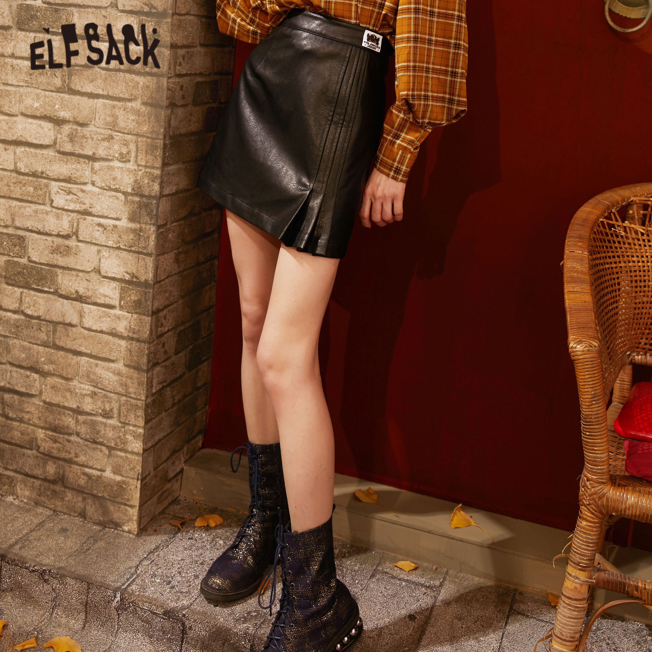 ELFSACK Black Solid Cartoon Applique Casual Women Mini Leather Skirts 2020 Spring New Pure Fishtail Pleated Sexy Ladies Bottoms