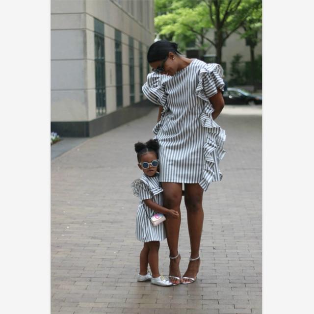 Maman et fille vêtements bleu blanc rayé à volants manches mère fille robes assorties maman et moi robe vêtements de famille