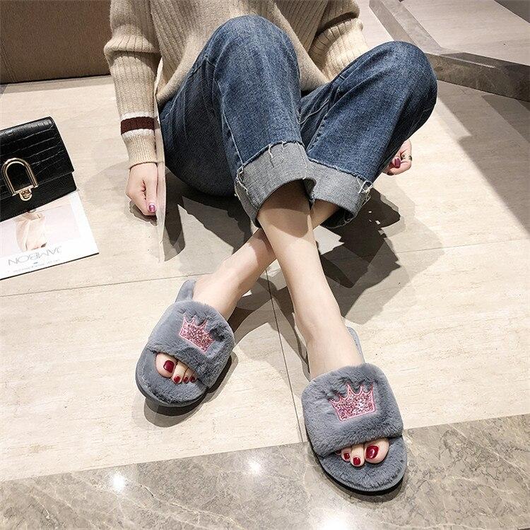 H5871c107511e48bb8011a6d0bc993da8y Mulheres chinelos de pele de inverno de pelúcia quente plana indoor sapatos moda feminina padrão coroa casa rosa chinelos macios slides
