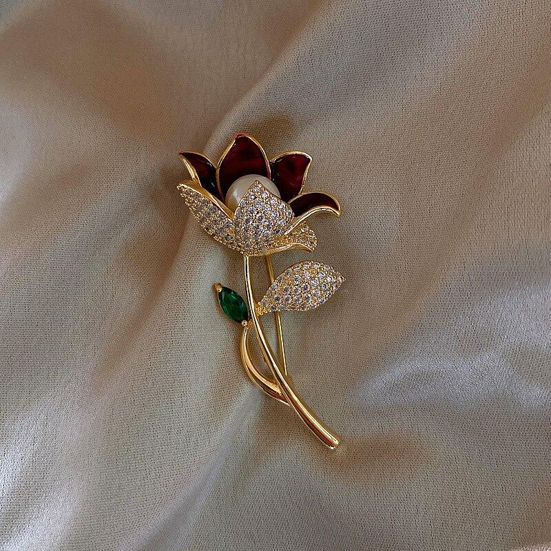 Elegancka dama Bling Rhinestone broszka z kwiatem dla kobiet złoty kolor metalowe kwiaty perła emalia płaszcz sweter broszki akcesoria