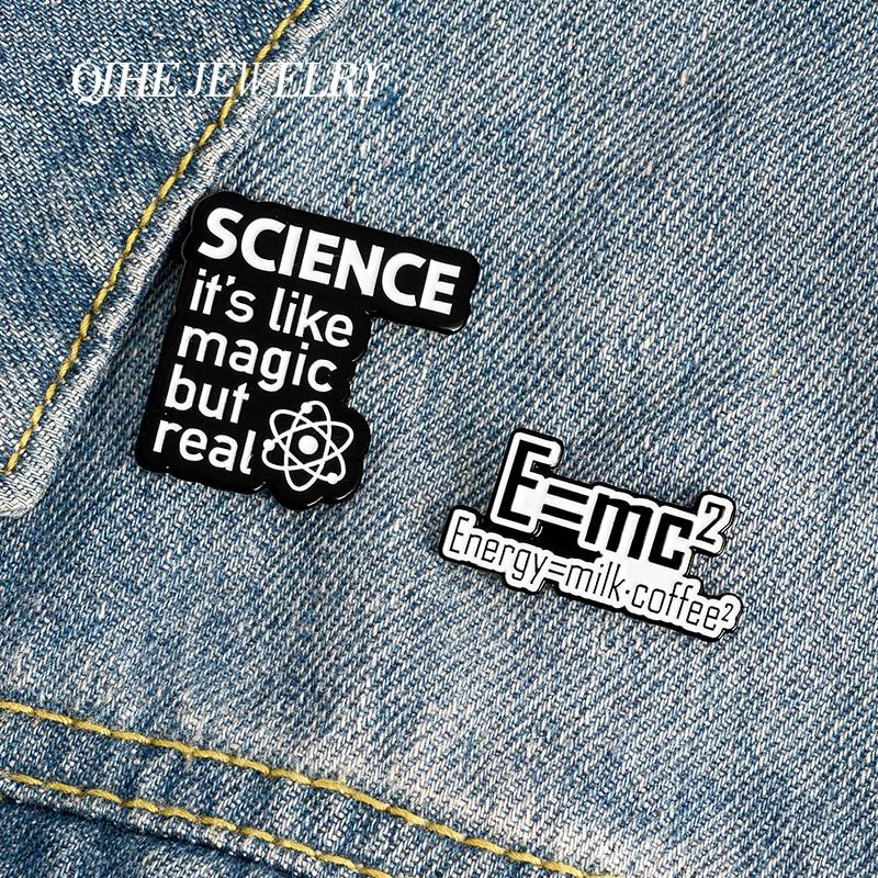 Женская забавная интерпретация, эмалированные булавки «Е = м-2», научная магия, но реальная фраза, броши, значки, подарок для исследователя