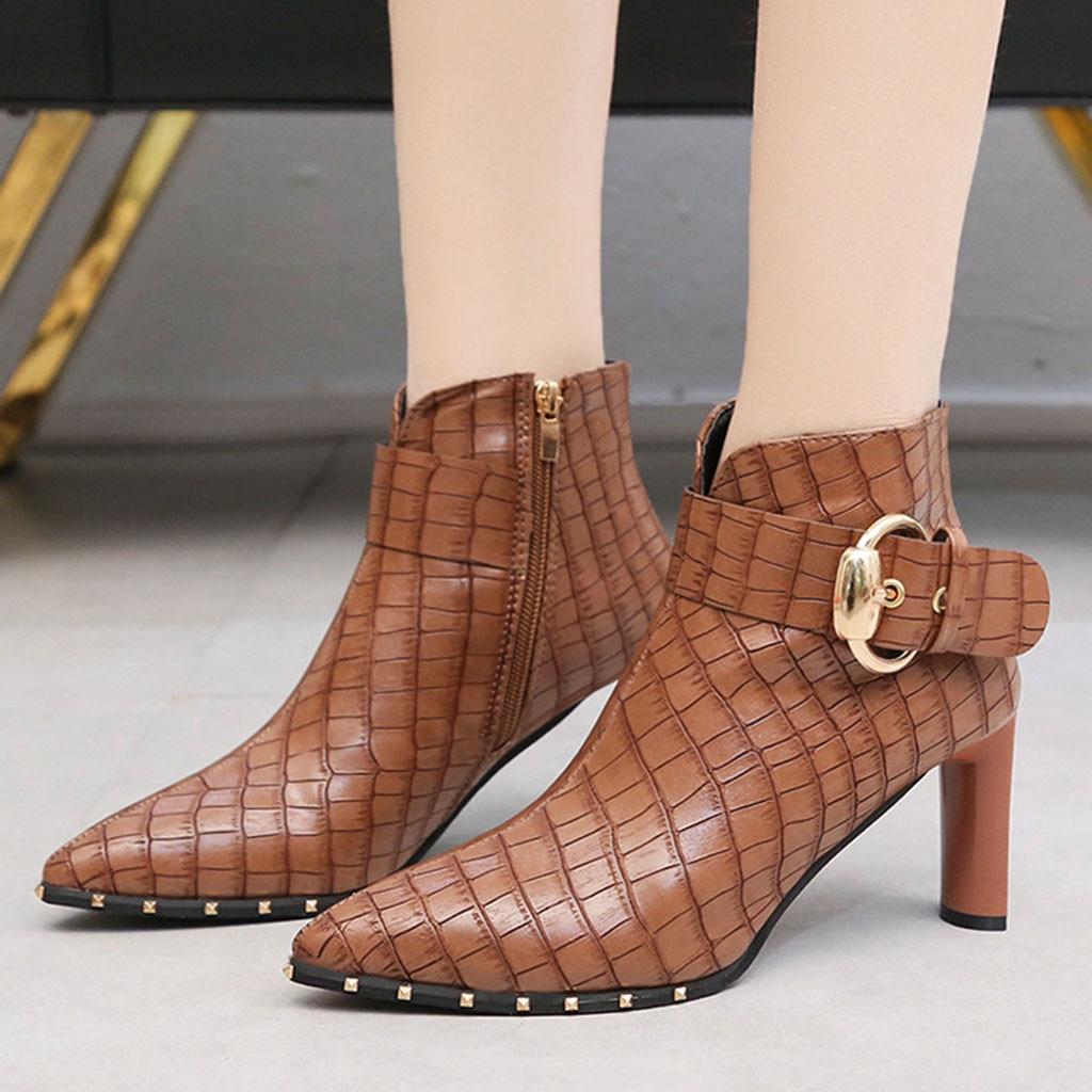 Женские кожаные ботинки в европейском и американском стиле; ботинки с острым носком на высоком каблуке с пряжкой и заклепками; коллекция 2019