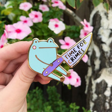 Frog With Knife Bonito sapo com faca tempo para crime mochila roupas esmalte lapela pino distintivo broche