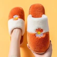 Женские плюшевые шлепанцы с вышивкой оранжевые короткие маргаритками