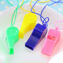 Горячая 12 шт Пластиковые свистки с шнурком аварийное Выживание школа спорт рефери кемпинг