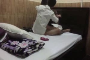 饑渴大學生情侶宿舍激情妹子紮著馬步讓男朋友躺著快速抽插