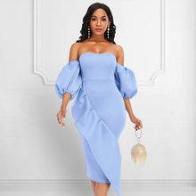 Женское облегающее платье средней длины с открытыми плечами