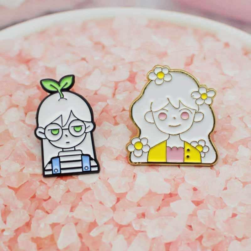 Güzel kız kardeşler emaye broş bir kız çim başında özel rozet anne kızı takı hediye yaka Pin broş