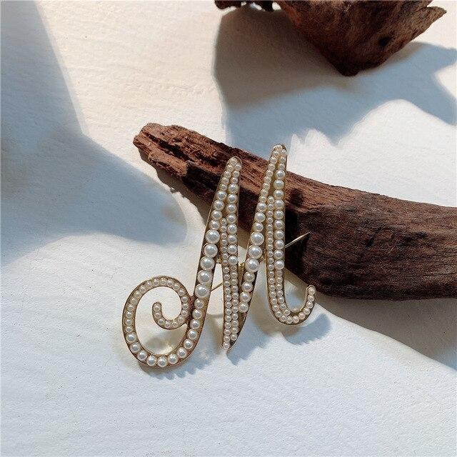 Koreański wysokiej jakości broszki elegancki stanik luksusowa biżuteria perła angielska litera kardigan przypinki na klapę kobiece akcesoria damskie