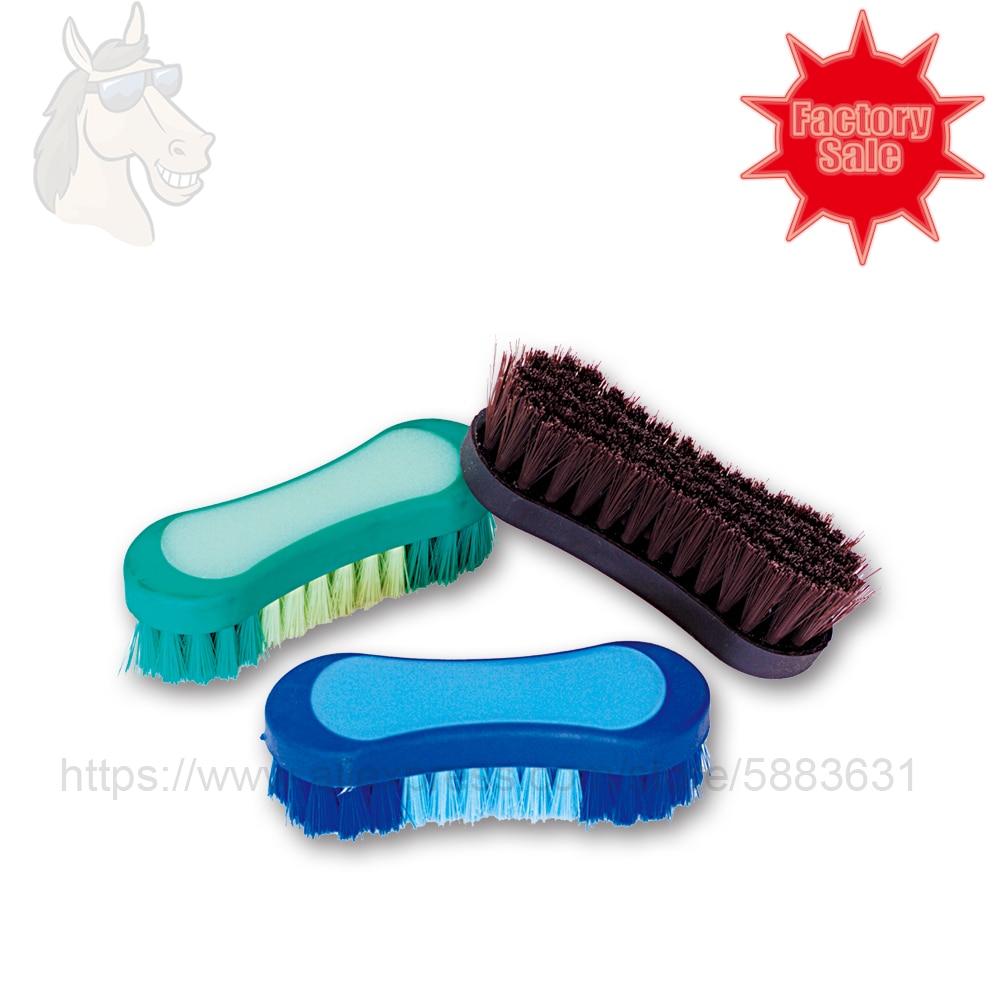 55 5036 щетка для чистки конского лица и гривы с резиновой основой и мягкими кисточками 12,5*4 см двухцветный инструмент для ухода за лошадью