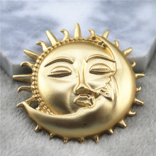 Stylish New Matte Gold Baroque Brooches Elegance Rome Sun Moon Kiss  Antique Jewelry Collar Pins For Women Badge Party Gifts Hot moon brooch black antique silver the first lunar month moon sun brooches pins for men and women full rhinestone jewelry pin
