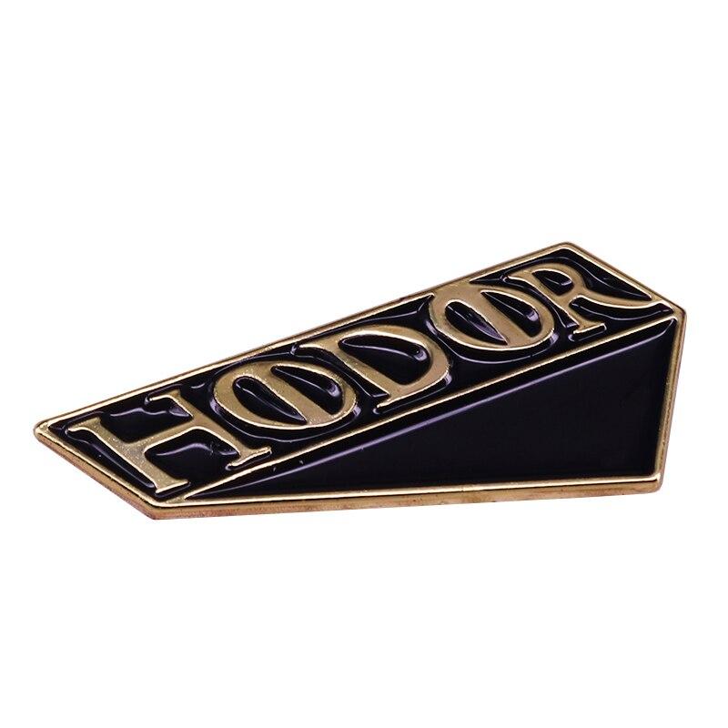Hodor удерживает дверь эмалированным штифтом в подарок любимому гиганту! Идеально подходит для любого поклонника!