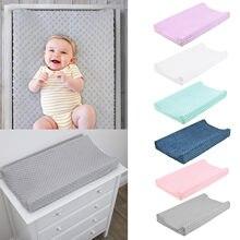 Fraldas do bebê do berçário das crianças que mudam a capa da almofada que muda a capa da esteira que muda a tabela