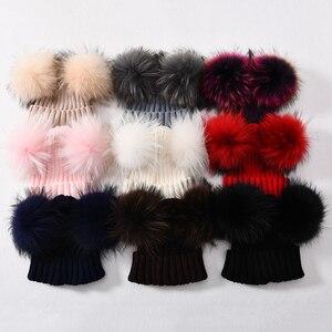 Image 3 - Mùa đông Thật Lông Bóng Bò Nữ đi Nữ Lông Tơ Đôi Tự Nhiên Gấu Trúc Lông Pom Pom Skullies Bò Nón 2 bộ lông Pompom