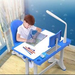 Kinderen studie bureau, schrijven tafel, basisschoolleerlingen, huishoudelijke huiswerk, tafels en stoelen, jongens stijgen en dalen