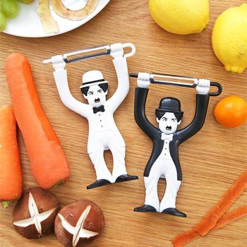 Funny Chaplin obieraczka do jabłek owoce warzywa Pro do kuchni wózek na żywność ze stali nierdzewnej obieraczka Finger akcesoria kuchenne gadżety tanie i dobre opinie SAFEBET CN (pochodzenie) Ekologiczne Scraper Stainless steel black white kitchen tools fruit slicer carrot 9 8 cm x 2 8 cm x 14 3 cm