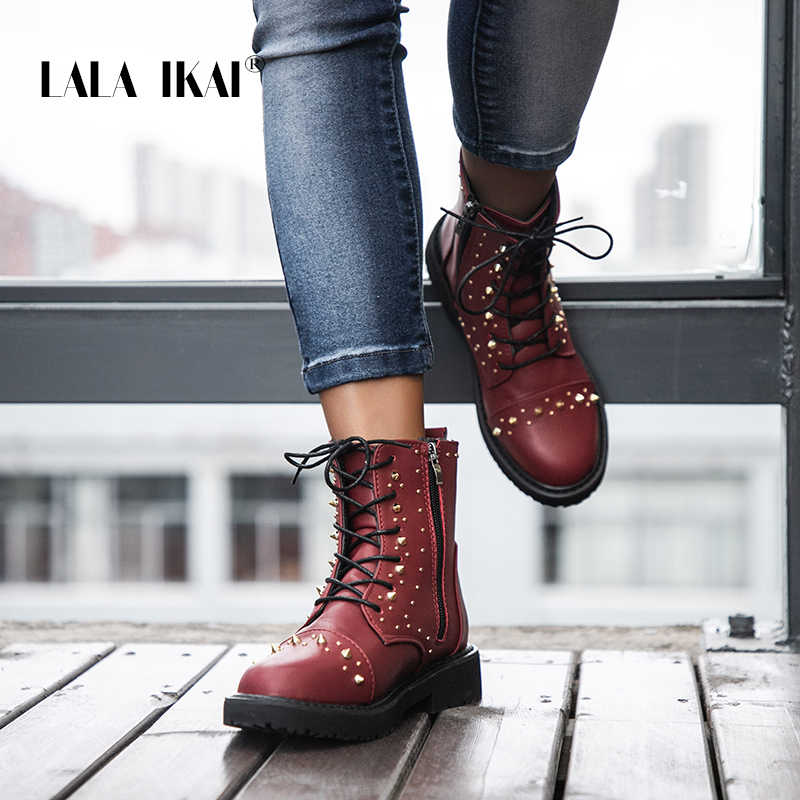 LALA IKAI kadın kışlık botlar siyah kırmızı perçin motosiklet botları Vintage dantel-up PU deri kadın polar yarım çizmeler XWA9671-4