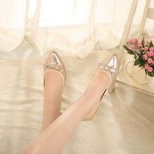 Простая женская обувь на плоской подошве в европейском стиле;