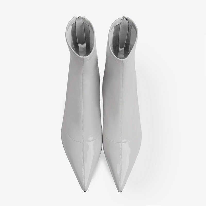 Seksi sivri burun kadın yarım çizmeler Patent deri kısa patik bayanlar beyaz çizmeler madeni pul dekor yüksek topuklu