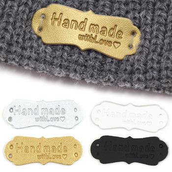 50 sztuk 41x16mm ręcznie robione tagi ręcznie robione Faux skórzane Knitting etykiety na ubrania ręcznie robione z miłością PU etykiety do torby akcesoria do szycia tanie i dobre opinie CN (pochodzenie) Nadające się do prania Etykiety w kształcie flag Znaczki do odzieży TŁOCZONA DO ODZIEŻY 50Pcs