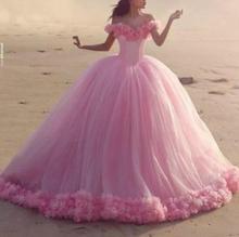 Nowy Puffy Tulle 2020 różowe suknie na Quinceanera księżniczka kopciuszek formalna długa suknia balowa kaplica pociąg Off ramię 3D kwiaty tanie tanio NOVOKOSIN Akrylowe Długość podłogi Kochanie Bez rękawów Cekinami Quinceanera sukienki Off the Shoulder
