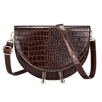 Μαύρη τσάντα με υφή κροκό σε σχήμα μισοφέγγαρο