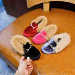 Детская обувь; зимняя теплая модная обувь для мальчиков и девочек; Цвет черный, красный; меховая обувь на плоской подошве без шнуровки; неско...