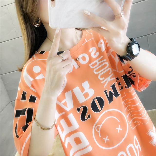 Фото женская футболка с надписью свободная коротким рукавом в европейском