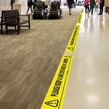 Желтая лента с наклейками пожалуйста храните безопасную дистанционную
