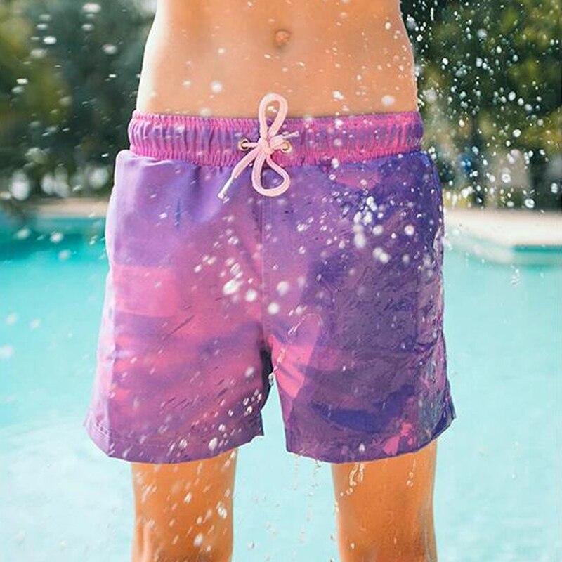 Meninos quentes cor mudando troncos de natação