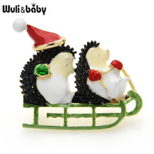 Wuli y dos Enam erizo broche usando Navidad sombrero verde guante sentado trineo lindo pasadores broches para animales regalo de Año Nuevo