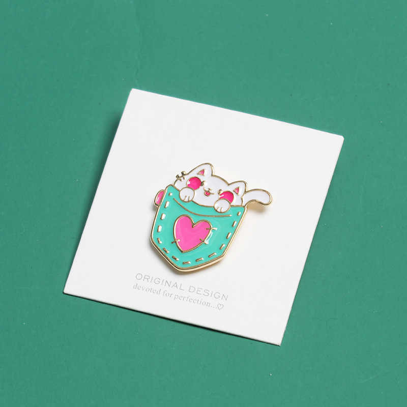 Korea Kartun Lencana Lucu Berwarna Merah Muda Jantung Saku Kucing Bros untuk Wanita Kreatif Hewan Enamel Pin Perhiasan Tas Ransel Aksesoris
