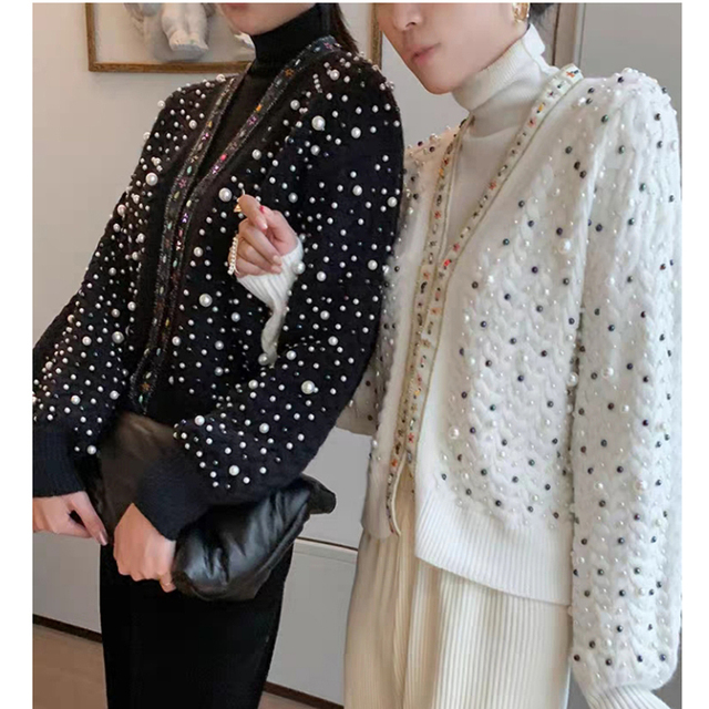 Elegant knitted cardigan with pearls
