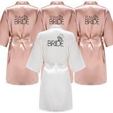 As letras de letras negras para festa de boda, quimono de satén, pijama rosa de honra, albornoz dorado e rosa
