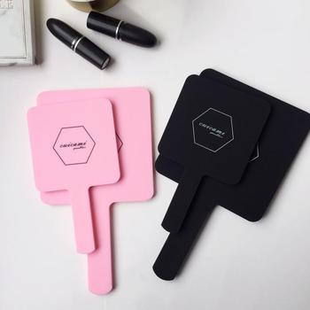 Drukuj Logo HD uchwyt lustro do makijażu ręka trzymaj Salon kosmetyczny lustro do makijażu Dental przenośne Retro śliczne lustro duże małe dwa rozmiary tanie i dobre opinie Nie posiada CN (pochodzenie) PVC Aluminum mirror Two Size To Choose 2-face JTK-C3-Hj0132041 Pink Black