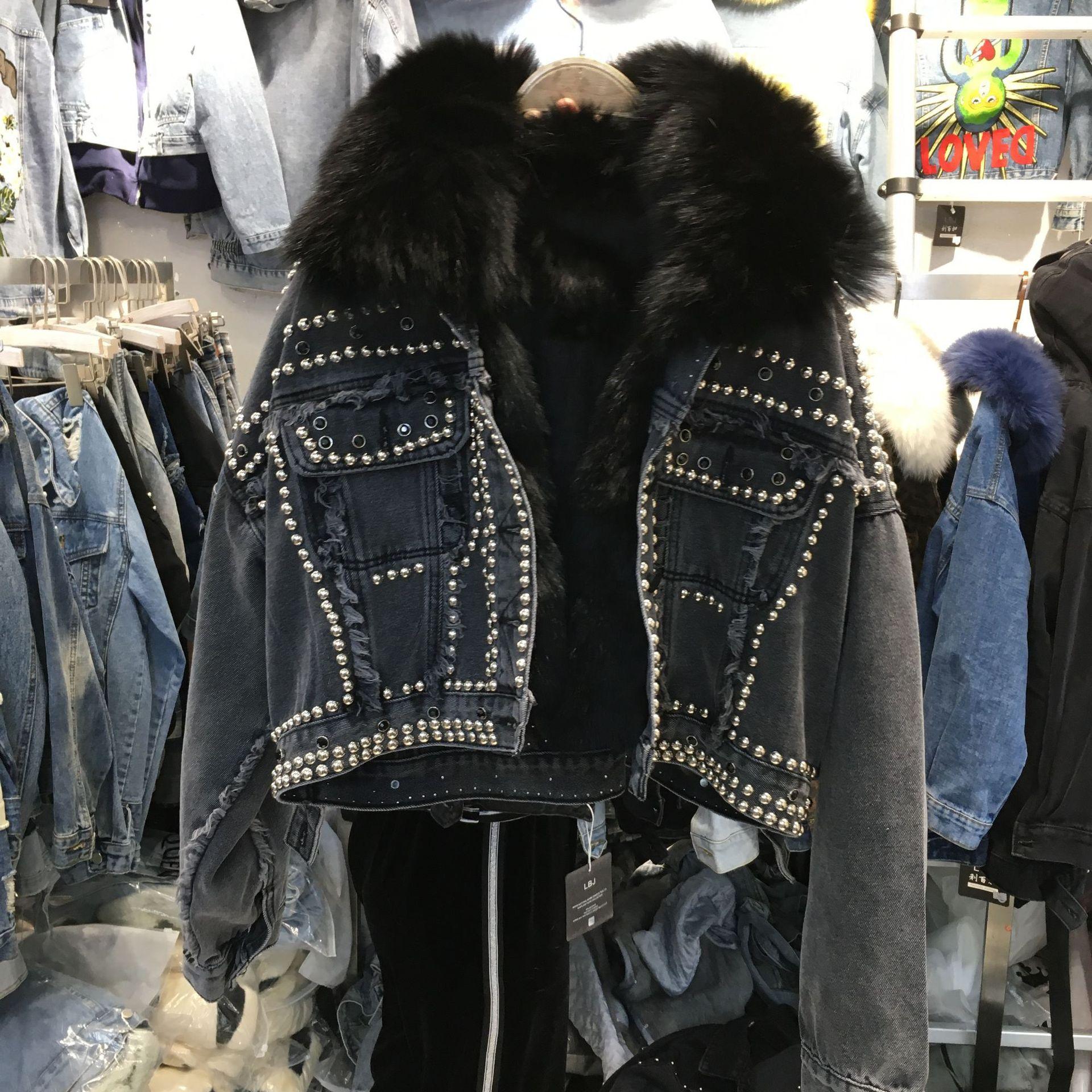 Новинка 2019 года; зимняя короткая джинсовая куртка в Корейском стиле, украшенная бусинами и заклепками, с отстегивающимся воротником из лись...