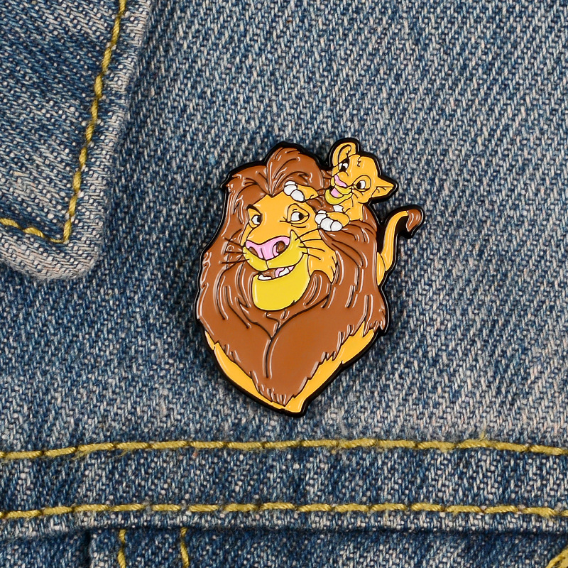Karikatür aslan sevimli sırt çantası kanvas çanta broş kadın rozeti gömlek emaye Pin broş erkekler için Metal Pin takı Accesorios