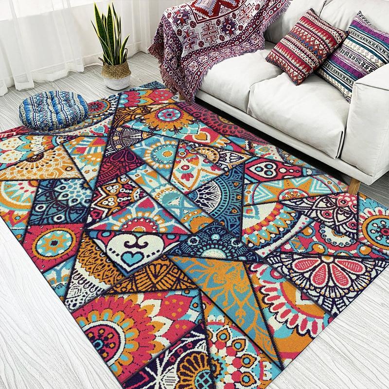 שטיח צבעוני בדוגמת משולשים משוגעת על רצפת פרקט בהירה