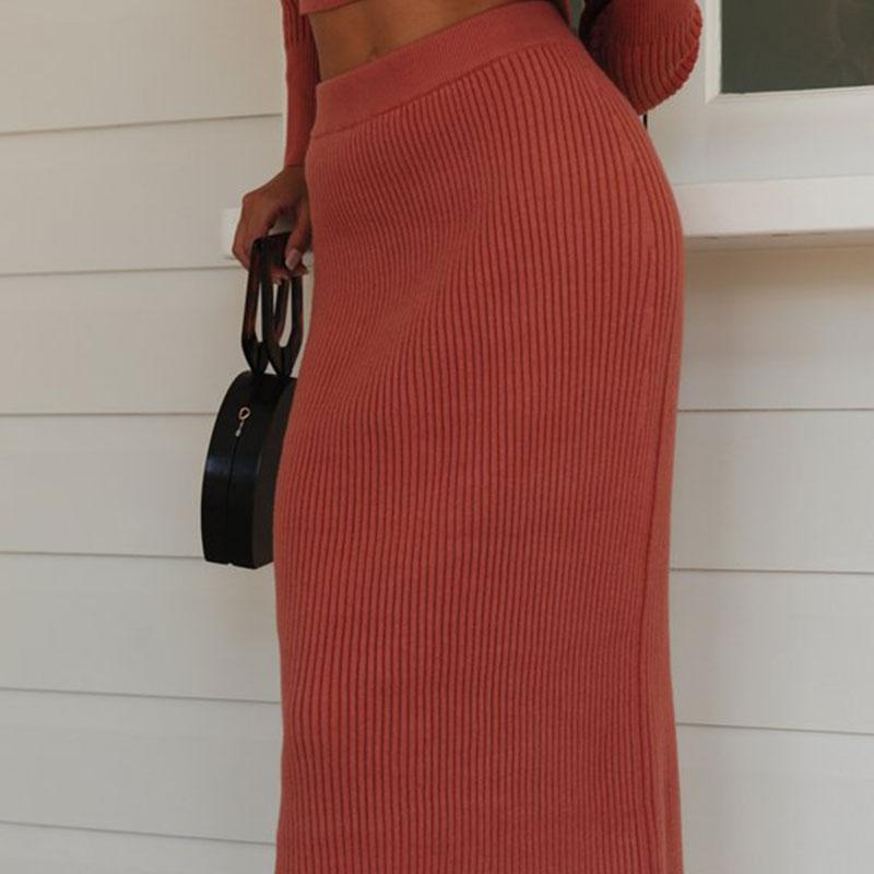 Deux pièces jupes / pull à manches longues tricotée.