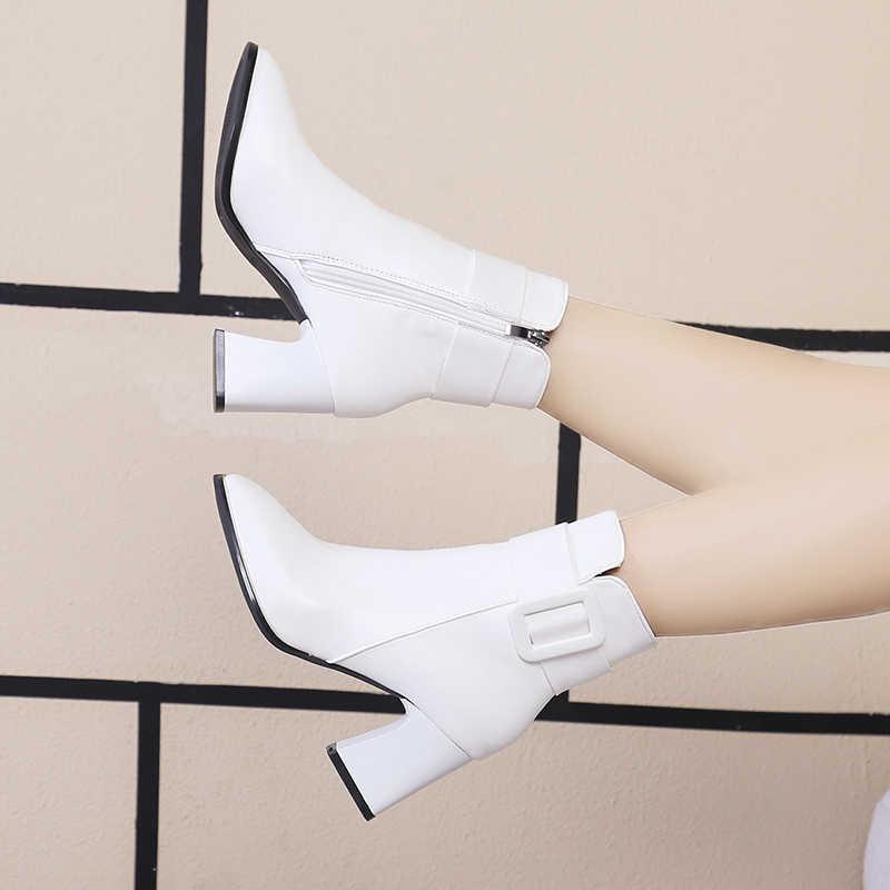 สีขาวสีดำหนารองเท้าส้นสูงข้อเท้ารองเท้าผู้หญิง 2019 ชี้นิ้วเท้าสั้น Booties ผู้หญิงข้อเท้าหัวเข็มขัดตกแต่ง