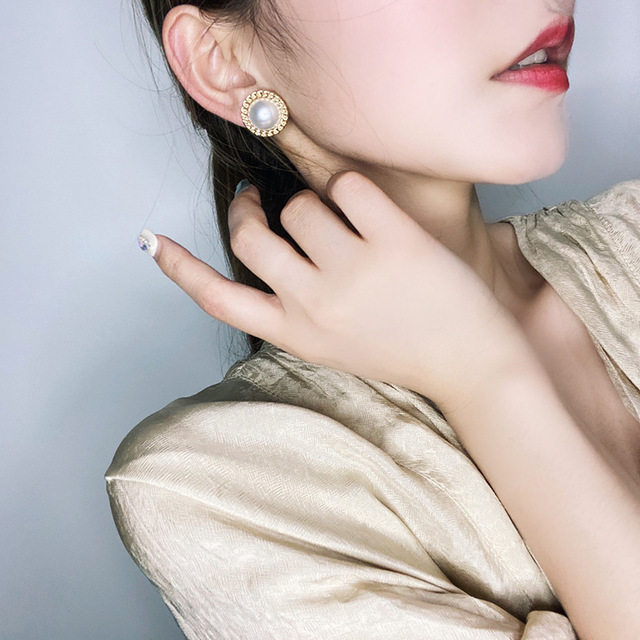 Korean Design Elegant Simulated Pearl Big Round Clip on Earrings Non Pierced Baroque Pearl Ear Clips for Women Jewelry Wholesale Clip Earrings    -