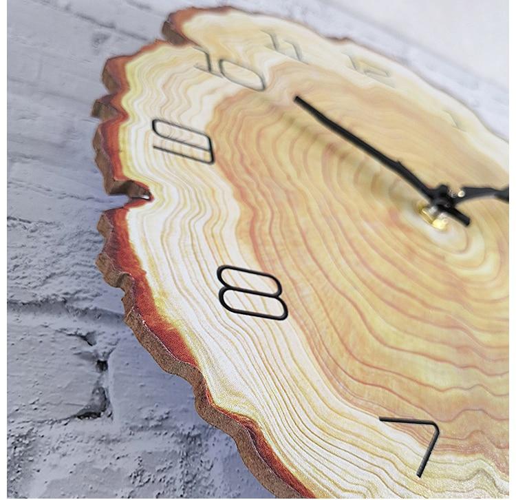 Horloge murale bois ancienne en gros plan