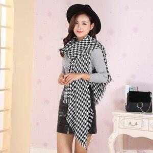 Image 2 - Mulheres inverno grosso moda macia quente senhora cashmere branco e preto longo houndstooth cachecol com borla