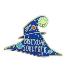 Темно-синяя булавка в форме шляпы колдуньи, украшенная звездами планеты, и несущая слова волшебника