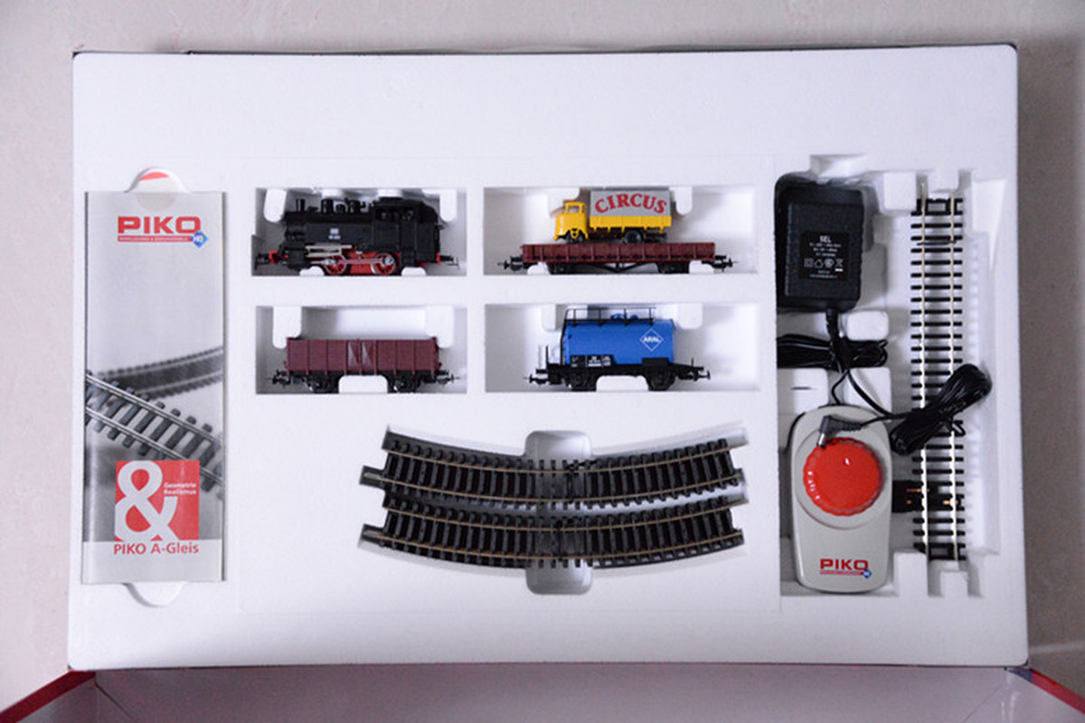 Paquet de modèles de Train paquet primaire = locomotive à vapeur + trois chariots + piste elliptique + contrôleur 57111
