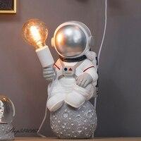 Lampada da tavolo moderna astronauta lampada in resina Art Deco lampada da tavolo camera da letto soggiorno creativo Loft decorazione spazio uomo lampada da scrivania LED