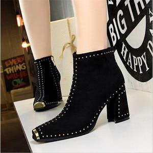 Женская обувь с металлическим квадратным носком; Новинка 2020 года; женские ботильоны с заклепками в стиле ретро-рок; женские теплые модные ботинки из флока на высоком каблуке