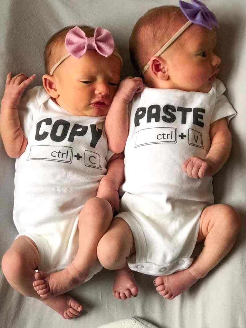 Kopie Plakken Twins Onesie Twins Aankondiging Geschenken Voor Twins Baby Shower Gift Voor Jongens Meisjes Identieke Tweeling Bodysuits Dragen