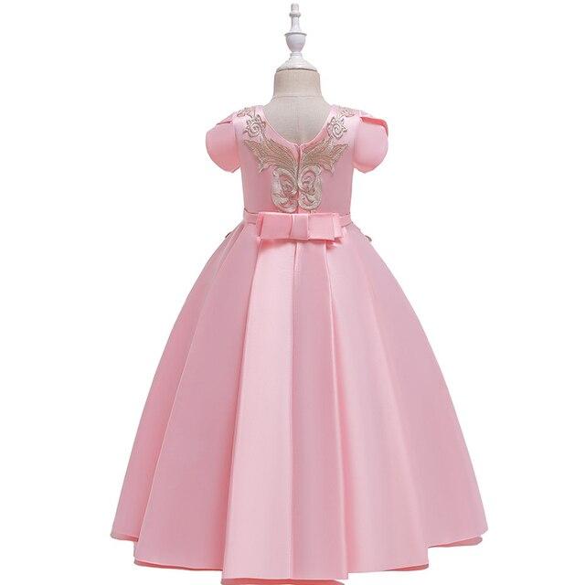 однотонное платье трапециевидной формы с цветочным узором для фотография